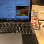 カフェにはMacBookProがよく似合う。